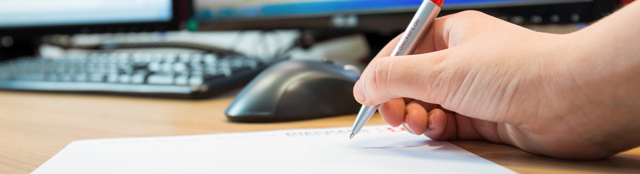 Abbildung Hand hält Stift