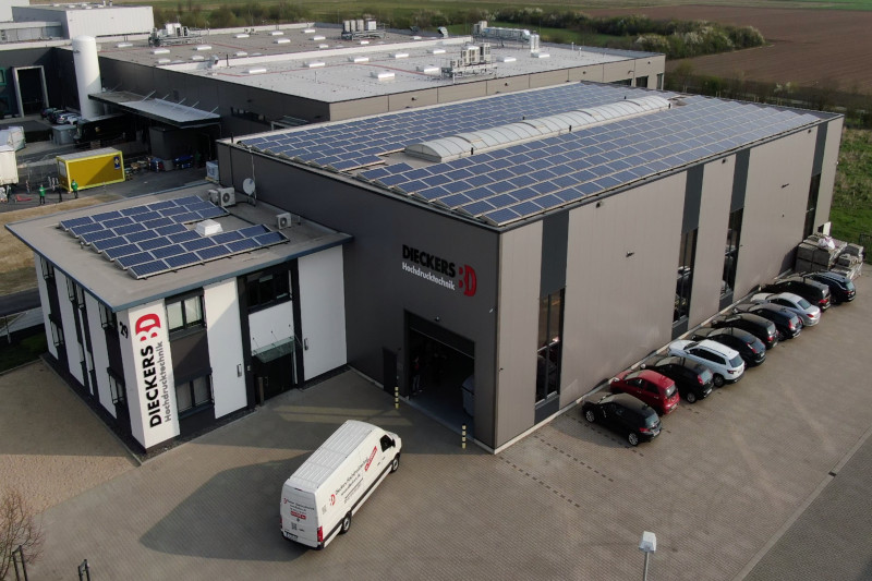 Geschäftsgebäude mit PV Anlage